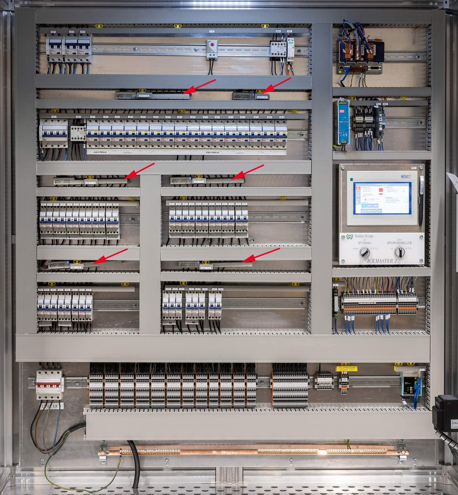 Power Bar EB i bruk. Pilene markerer hvor de er i skapet.